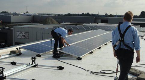 Medewerkers van BCON Energy Systems leggen zonnepanelen aan