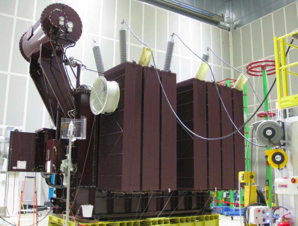Een van de transformatoren in de fabriek